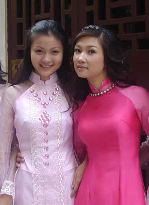 Deux jolies jeunes filles en áo dài.