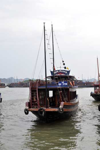 Le bateau qu\'on a pris pour visiter la baie d\'Hạ Long.