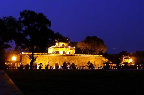 La citadelle royale de Hanoï à la tombée de la nuit