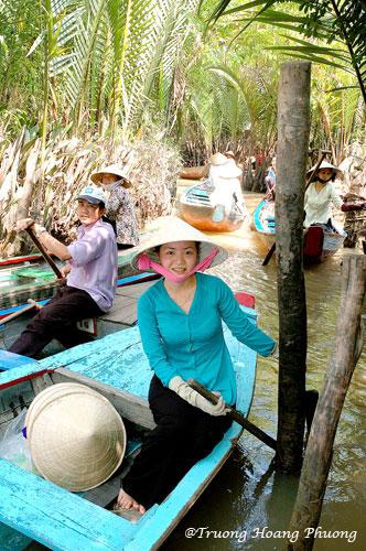 Délicieuse promenade en sampan à travers des canaux et arroyos sous l'ombre de magnifiques palmiers.