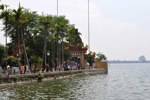 Chemin menant à l\'entrée de la pagode Trấn Quốc.