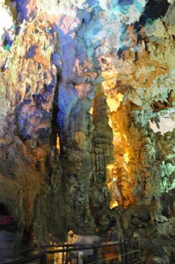 Enormes stalagmites et stalactites de millions d\'années.