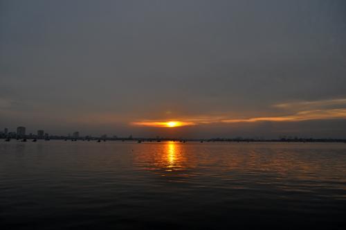 Photo : Le coucher du soleil sur le lac de l'Ouest (Hồ Tây)