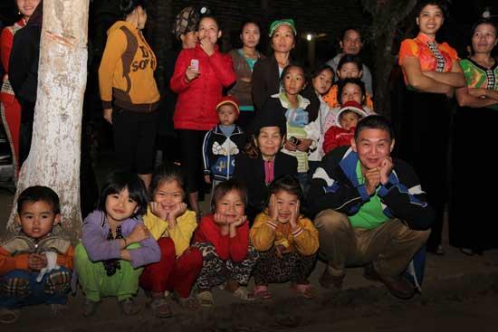 Sourire des enfants de Dien Bien Phu avec Hoang Phuong - Come2Viet (à droite).
