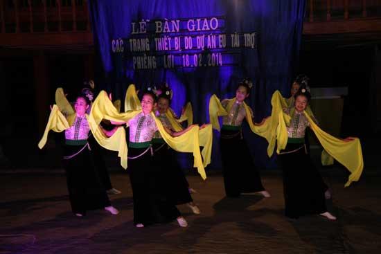 Danse traditionnelle (Thai), à l'occasion de remise de dons en matériels (projet financé par l'UE).