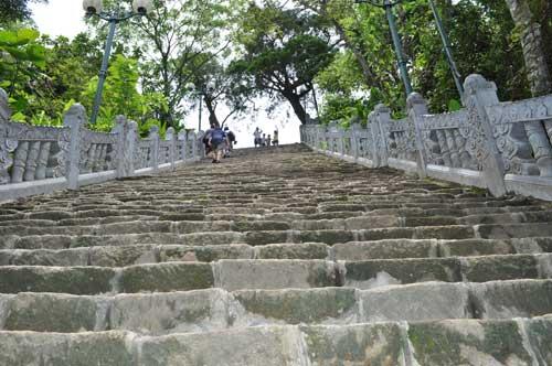 Des centaines de marches pour arriver à la pagode Hoa Yên.