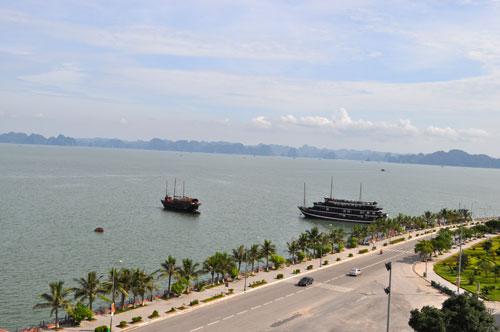 Vue prise de notre chambre d\'hôtel sur la baie d\'Hạ Long.