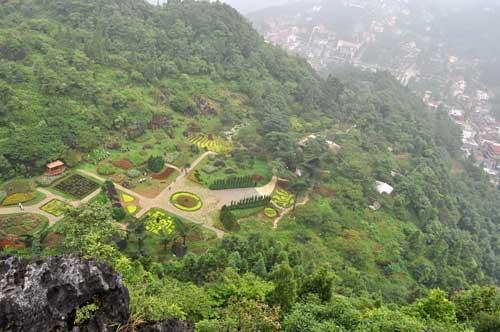 Vue panoramique sur un des jardins fleuris et la ville de Sa Pa.
