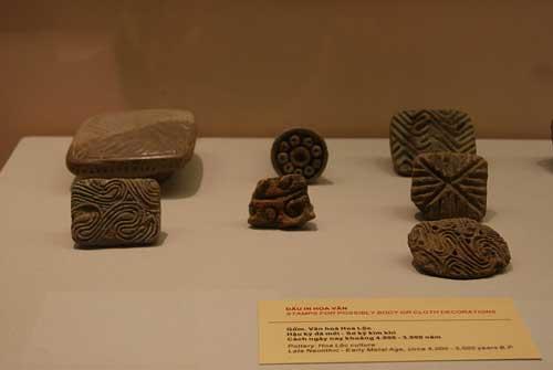 Morceaux de terre cuite utilisés pour créer des motifs pour la poterie.