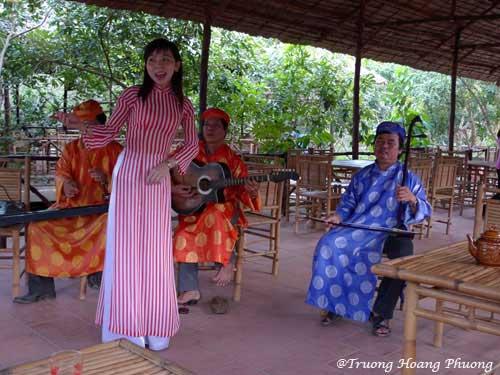 Écouter la musique traditionnelle jouée  par des artistes amateurs.