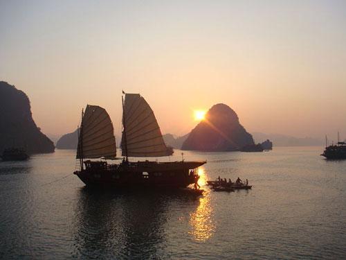 Coucher de soleil sur la Baie de Hạ Long.