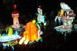Défilés de lanternes de formes variées.