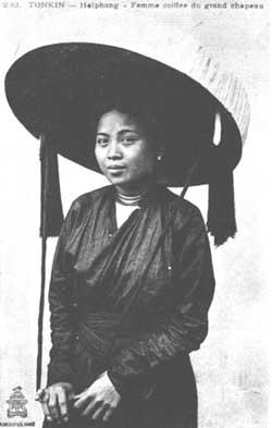 Une femme tonkinoise avec le nón quai thao.