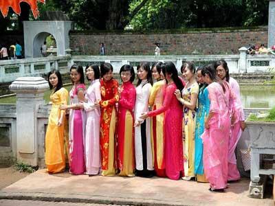 Séance de photos en áo dài au Temple de la Littérature à Hanoï.
