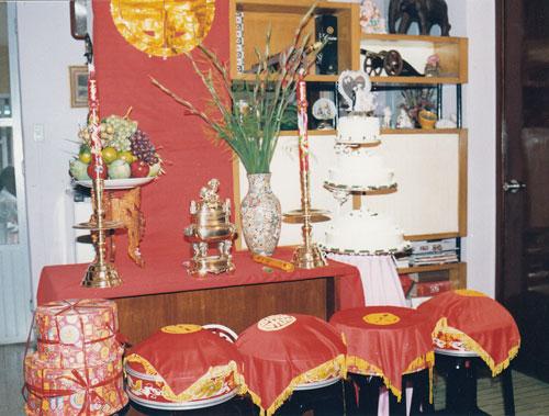 Ces boites rouges sont placées sur l'autel des ancêtres décoré par des fleurs et des fruits.