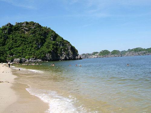 Une plage de l'archipel Cát Bà.