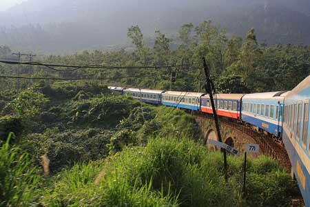 A bord d'un train au Vietnam, vous aurez l'occasion de contempler les beaux paysages défilés devant vos yeux tout au long de votre voyage.